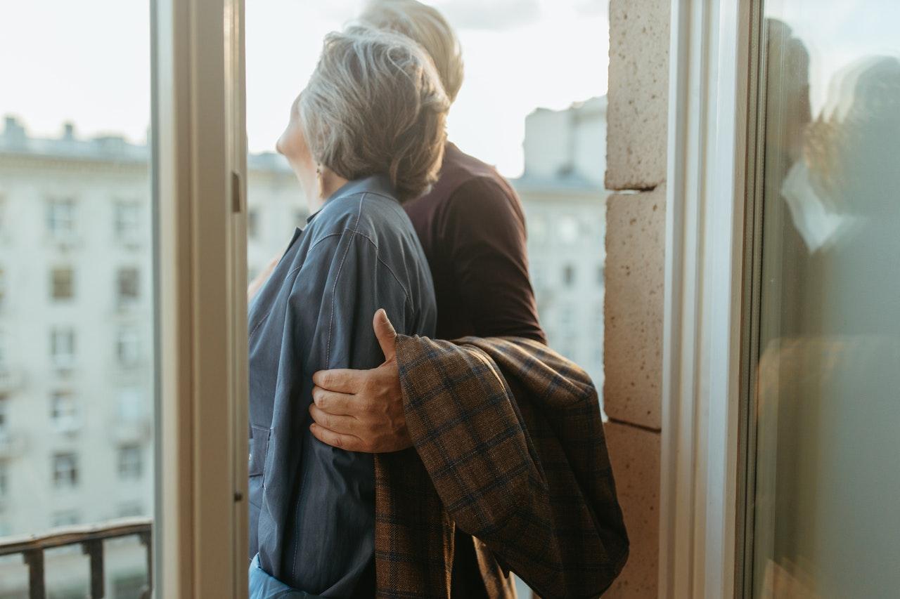 El 100% de los adultos mayores presenta caries
